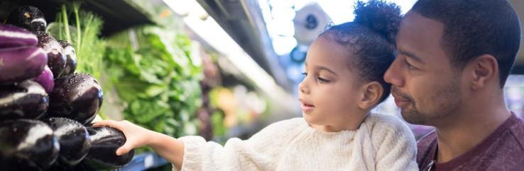 Foto van vader en kind in supermarkt